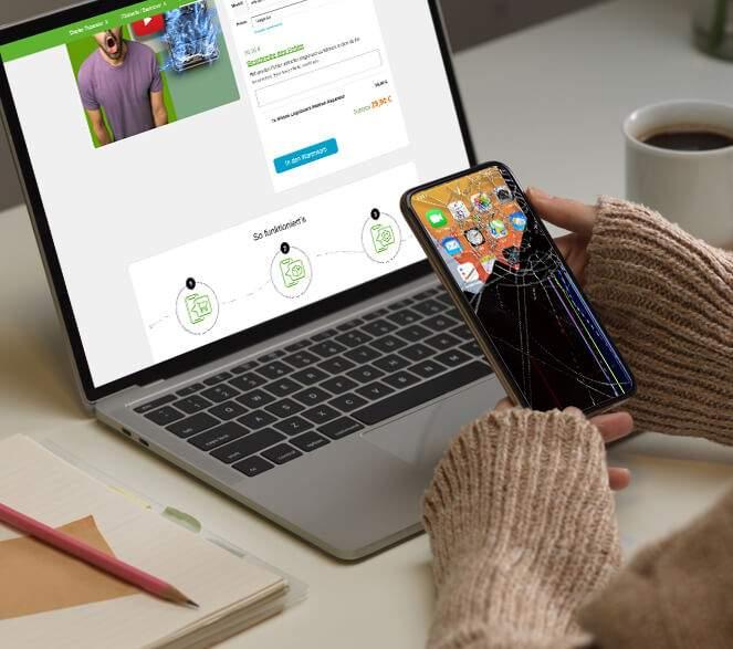Frau mit defektem iPhone bucht eine Reparatur Diagnose auf einem Laptop